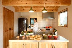 使い心地のよいキッチンからは、デッキと庭まで見渡せます