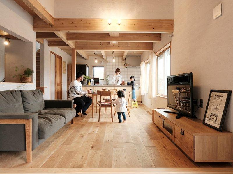 気密性、断熱性に優れたスーパーウォールエ法で施工。玄関脇の外壁には木壁をあしらい、家全体に温かな表情が